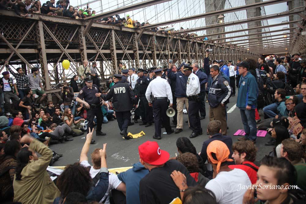 Occupy Wall Street protestors being arrested by the NYPD on the Brooklyn Bridge. Manifestantes de Occupy Wall Street siendo arrestados por oficiales del NYPD en el Puente de Brooklyn. Photo by Javier Soriano/http://www.JavierSoriano.com/